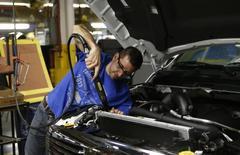 """Les Etats-Unis sont redevenus une """"étoile montante"""" de l'industrie mondiale grâce à la baisse du coût du leur gaz naturel, l'augmentation de leur productivité et l'absence de pression sur les salaires, d'après un rapport du Boston Consulting Group (BCG) selon lequel ils occupent la deuxième position du classement de la compétitivité des 25 premiers pays exportateurs dans le monde. /Photo prise le 11 décembre 2013/REUTERS/Rebecca Cook"""