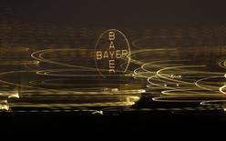 Логотип немецкой Bayer в Леверкузене 26 апреля 2014 года. Основная операционная прибыль Bayer выросла на 11,6 процента в первом квартале, превзойдя прогнозы аналитиков благодаря хорошим показателям фармацевтического подразделения. REUTERS/Ina Fassbender
