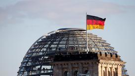 La croissance de l'économie allemande ralentira nettement au deuxième trimestre 2014 après un excellent début d'année, en raison notamment de la baisse du rythme des commandes industrielles, mais la tendance de fond reste positive, écrit la Bundesbank dans son rapport mensuel d'avril. /Photo d'archives/REUTERS/Fabrizio Bensch