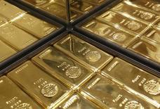 Слитки золота в магазине Ginza Tanaka в Токио 18 апреля 2013 года. Цены на золото поднялись до максимума 2,5 недель за счет спада на фондовых рынках и усиления напряженности на Украине. REUTERS/Yuya Shino
