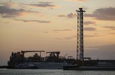 Остров D на месторождении Кашаган в Каспийском море 21 августа 2013 года. Добыча нефти на гигантском месторождении Кашаган в Казахстане не возобновится до конца 2014 года, сообщил в понедельник консорциум NCOC. REUTERS/Stringer