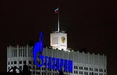 Рекламная конструкция Газпрома у здания правительства РФ в Москве 14 января 2009 года. Украина грозит арбитражным процессом Газпрому из-за завышенных цен на российский газ, одновременно подписав контракт о реверсных поставках топлива из Словакии. REUTERS/Sergei Karpukhin