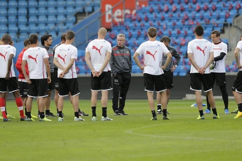 Ottmar Hitzfeld (C), coach of the Swiss national soccer team, attends a training session in Ullevaal stadium in Oslo, September 9, 2013. Switzerland will play their upcoming World Cup 2014 qualifying football match against Norway.  REUTERS/Berit Roald/Scanpix NTB