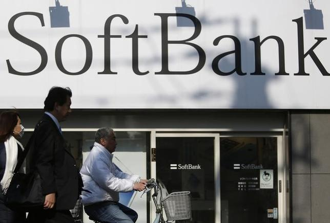 4月29日、ソフトバンクは、総額3000億円の個人向け社債を発行する方針を固めた。都内の同社店舗で2月撮影(2014年 ロイター/Yuya Shino)