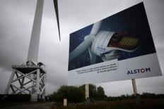 Alstom devrait donner mardi deux à trois semaines de plus au groupe allemand Siemens pour finaliser une proposition plus détaillée de rachat de ses activités d'énergie, selon des sources proches du dossier. Le conseil d'administration du français, surveillé de près par le gouvernement, doit se réunir mardi en fin de journée pour examiner des propositions de rachat de ses activités énergie émanant de l'américain General Electric et de Siemens.  /Photo prise le 27 avril 2014/REUTERS/Stéphane Mahé