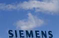 Siemens envisage de verser un peu moins d'un milliard d'euros pour une filiale de Rolls-Royce spécialisée dans les matériels pour les secteurs du pétrole, du gaz et de l'électricité, selon des sources proches du dossier mardi. /Photo prise le 30 septembre 2013/REUTERS/Tobias Schwarz