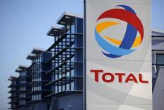 Логотип Total на фоне НПЗ в Донжё 20 декабря 2013 года. Французская нефтяная компания Total снизила чистую прибыль на 10 процентов до $3,3 миллиарда в первом квартале из-за сокращения рентабельности нефтепереработки в Европе и добычи нефти и газа. REUTERS/Stephane Mahe