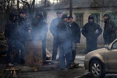 Члены пророссийского отряда самообороны в Горловке 19 марта 2014 года. Пророссийские вооруженные сепаратисты в среду захватили здание городского совета и районное отделение милиции в Горловке, расширив подконтрольную им территорию на востоке Украины, где правоохранители практически не оказывают сопротивления боевикам. REUTERS/Stringer