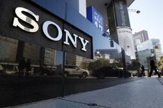 Sony a réduit de près de 70% sa prévision de bénéfice d'exploitation pour l'exercice 2013-2014 clos le 31 mars dernier, anticipant un supplément de charges de 30 milliards de yens (211 millions d'euros) lié à son retrait du marché des PC. /Photo prise le 5 février 2014/REUTERS/Yuya Shino