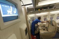 Airbus prévient dans son rapport annuel qu'il sera confronté à des difficultés croissantes dans la gestion du carnet de commandes de l'A330 après 2016, et ce alors qu'il envisage de remotoriser l'appareil. /Photo prise le 11 février 2013/REUTERS/Dinuka Liyanawatte