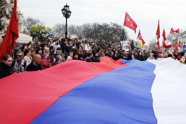 5月1日、ロシア抑止を目的に欧米諸国が発動した制裁は哀れなほど効果のなさを露呈し、欧米の確信の欠如や計画性のなさを強調するだけの結果となった。写真は4月、ウクライナ南部オデッサで行われた新ロシア派の集会(2014年 ロイター/Yevgeny Volokin)