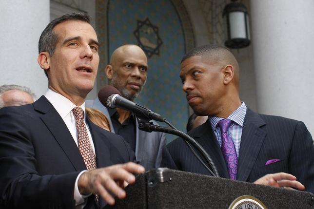 Los Angeles Mayor Eric Garcetti speaks as retired basketball star Kareem Abdul-Jabbar (C) and Sacramento Mayor Kevin Johnson, who is working on behalf of the National Basketball Players Association, stand by at a news conference outside City Hall in Los Angeles, California, April 29, 2014. REUTERS/David McNew