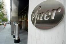 Pfizer publie un chiffre d'affaires trimestriel nettement inférieur aux attentes, en baisse de 9% à 11,35 milliards de dollars (8,18 milliards d'euros),  en raison du recul de ses ventes de médicaments génériques. Le numéro un américain de la pharmacie souligne son intérêt à acquérir AstraZeneca pour trouver de nouveaux relais de croissance. /Photo d'archives/REUTERS/Jeff Christensen