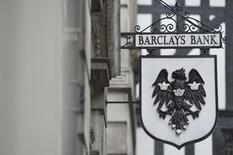 Логотип Barclays у отделения банка в Лондоне 30 июля 2013 года. Прибыль Barclays в первом квартале 2014 года снизилась на 5 процентов в годовом исчислении в результате падения доходов в подразделении, торгующем активами с фиксированной доходностью. REUTERS/Toby Melville