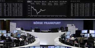 Les principales Bourses européennes étaient pratiquement à l'équilibre mardi vers la mi-séance, de mauvais résultats trimestriels pour des financières britanniques ayant contribué à retourner une tendance à la hausse. Après avoir ouvert en légère progression, Paris et Francfort étaient pratiquement inchangés, le CAC 40 perdant 0,07% et le Dax prenant 0,04%. A Londres, le FTSE 100 reculait de 0,15%. /Photo d'archives/REUTERS