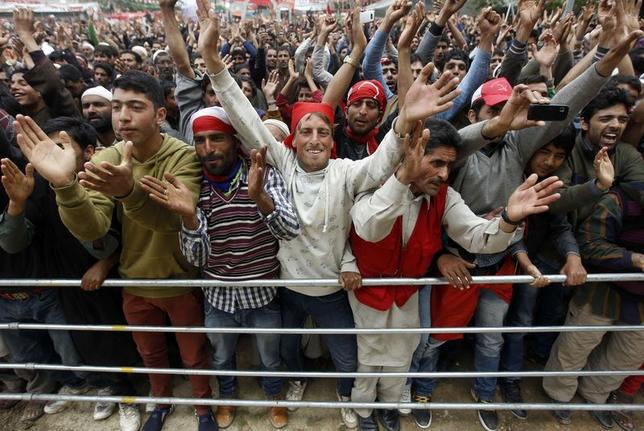 Supporter of Kashmir's ruling National Conference (NC) cheer during an election campaign rally in Handwara, north of Srinagar, May 5, 2014. REUTERS/Danish Ismail