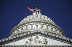 Здание Капитолия в Вашингтоне 2 августа 2011 года. Администрация президента США Барака Обамы работает над новыми санкциями, которые могут быть применены против России, если она серьезно усилит давление на Украину, например, будет препятствовать проведению выборов или признает референдум сепаратистов, сообщили американские чиновники во вторник. REUTERS/Jonathan Ernst