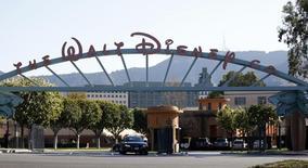 """Вход в тематический парк The Walt Disney в Бербанке, Калифорния, 5 февраля 2014 года. Прибыль Walt Disney Co в прошлом квартале превзошла ожидания Уолл-стрит за счет успеха мультфильма """"Холодное сердце"""". REUTERS/Mario Anzuoni"""