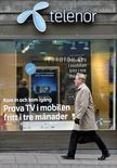 Мужчина проходит мимо офиса Telenor в Стокгольме 26 октября 2007 года. Норвежский телекоммуникационный оператор Telenor ASA отчитался в среду о превысившей прогнозы прибыли в первом квартале, но отметил необходимость повышения показателей в тайском и норвежском отделениях. REUTERS/Bob Strong