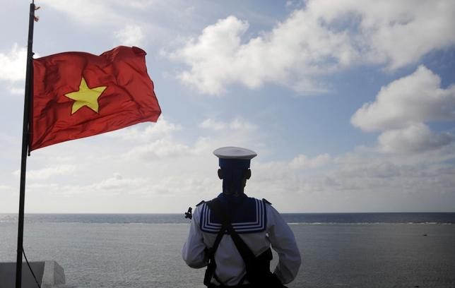 A Vietnamese naval soldier stands quard at Thuyen Chai island in the Spratly archipelago in this January 17, 2013 file picture.  REUTERS/Quang Le/Files