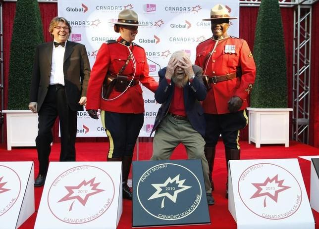 Author Farley Mowat jokes around with Canadian Mounties behind his star on the red carpet during the 13th annual Canada's Walk of Fame in Toronto, October 16, 2010.    REUTERS/Mark Blinch/Files