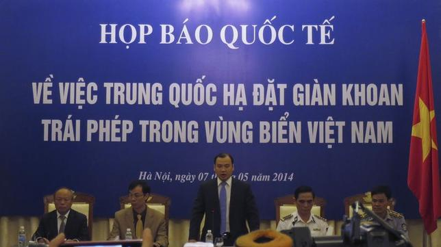 Vietnam's spokesman Le Hai Binh (C) speaks at a news conference on the deployment of a Chinese oil rig in a part of the disputed South China Sea, in Hanoi May 7, 2014. REUTERS/Nguyen Phuong Linh