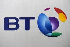 L'opérateur de télécoms britannique BT a fait état jeudi d'un chiffre d'affaires annuel de ses services pour les particuliers en hausse pour la première fois depuis dix ans en raison d'une forte demande pour le haut débit et la télévision. /Photo d'archives/REUTERS/Toby Melville
