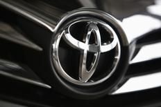 Логотип Toyota на автомобиле в дилерском центре в Варшаве 11 апреля 2014 года. Японский автоконцерн Toyota Motor Corp прогнозирует снижение чистой прибыли в текущем финансовом году на 2,4 процента из-за колебаний валютных курсов - фактора, сыгравшего в предыдущем году на руку компании и позволившего ей получить рекордную прибыль. REUTERS/Kacper Pempel