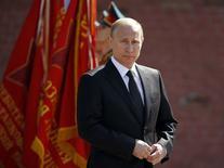 Президент России Владимир Путин участвует в церемонии возложения цветов к Вечному огню в Москве 8 мая 2014 года. Владимир Путин в июне присоединится к западным лидерам во время празднования 70-й годовщины высадки союзнических войск в Нормандии, сообщил посол России во Франции в четверг. REUTERS/Sergei Karpukhin