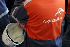 ArceloMmittal affiche la plus forte hausse du CAC 40 à mi-séance jeudi à la Bourse de Paris,, dans le sillage d'Aperam, son ancien pôle acier inoxydable. /Photo d'archives/REUTERS/Philippe Wojazer