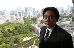 Le directeur général de Nintendo, Satoru Iwata. L'entreprise japonaise, a-t-il dit à Reuters dans une interview, a l'intention de produire l'année prochaine un nouveau modèle de console et des jeux destinés aux marchés émergents. /Photo prise le 8 mai 2014/REUTERS/Toru Hanai