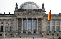 Le gouvernement allemand a revu en légère baisse son estimation des recettes fiscales pour cette année, une décision inattendue qui conduit le ministère des Finances à souligner que Berlin ne disposait d'aucune marge de manoeuvre pour réduire la pression fiscale. Les experts du ministère attendent désormais pour 2014 des recettes fiscales de 639,9 milliards d'euros, soit 400 millions de moins que dans l'estimation publiée en novembre, même si ce montant est supérieur de 20 milliards environ aux recettes de 2013.  /Photo prise le 27 novembre 2013/REUTERS/Tobias Schwarz
