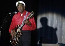 O pioneiro norte-americano do rock and roll Chuck Berry se apresenta em Monte Carlo, Mônaco, em março de 2009. 28/03/2009 REUTERS/Eric Gaillard