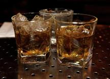 United Spirits, le numéro un indien des alcools et spiritueux, annonce vendredi la cession du whisky Whyte & Mackay au groupe philippin Emperador pour 430 millions de livres (527 millions d'euros), une transaction que devraient bien accueillir les autorités de la concurrence britanniques. /Photo d'archives/REUTERS/John Sommers II