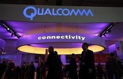 Le fabricant de puces américain Qualcomm est en discussions avancées pour racheter l'israélien Wilocity pour 300 millions de dollars (218 millions d'euros), rapporte le site d'informations financières The Marker. /Photo d'archives/REUTERS/Albert Gea
