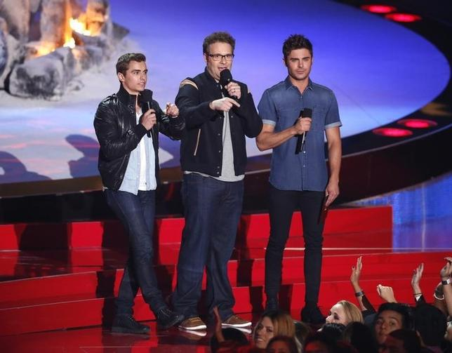 Zac Efron (R), Seth Rogen (C) and Dave Franco (L) present the award for Best Kiss at the 2014 MTV Movie Awards in Los Angeles, California  April 13, 2014.  REUTERS/Lucy Nicholson