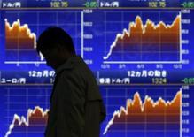 Мужчина проходит мимо брокерской конторы в Токио 16 декабря 2013 года. Азиатские фондовые рынки, кроме Японии, выросли в понедельник за счет акций отдельных компаний, несмотря на продолжение напряженности на Украине. REUTERS/Toru Hanai
