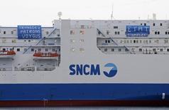 La direction de la Société nationale Corse Méditerranée (SNCM) n'a pas été reconduite lundi lors du conseil de surveillance de la compagnie maritime en difficulté, ouvrant la voie à une reprise en main par l'actionnaire majoritaire Transdev. /Photo prise le 31 mars 2014/REUTERS/Jean-Paul Pélissier