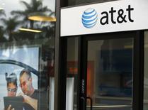 AT&T est en discussions avancées pour racheter DirecTV pour environ 50 milliards de dollars (36 milliards d'euros), selon Bloomberg, qui cite des sources proches du dossier. /Photo d'archives/REUTERS/Mike Blake