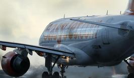 La compagnie aérienne à bas coûts EasyJet accuse une perte avant impôts de 53 millions de livres (65 millions d'euros) au premier semestre clos le 31 mars, un chiffre meilleur que sa prévision qui était de 55-65 millions de livres. /Photo d'archives/REUTERS/Phil Noble