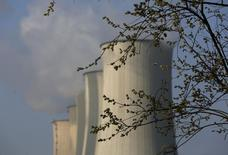 Usine à charbon E.ON à Gelsenkirchen.  Le numéro un allemand des services aux collectivités annonce mardi une baisse de 12% de son excédent brut d'exploitation au cours des trois premiers mois de l'année, invoquant un hiver trop doux et des prix de gros trop faibles. /Photo prise le 11 mars 2014/REUTERS/Ina Fassbender