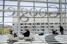 """La Cour européenne de justice a estimé mardi que Google pouvait être saisi par un particulier pour effacer des informations sensibles de ses résultats de recherches, tranchant en faveur du """"droit à l'oubli"""" sur internet réclamé par les défenseurs de la protection de la vie privée. /Photo d'archives/REUTERS/Stephen Lam"""