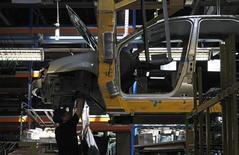 Рабочий собирает Renault Logan на заводе в Москве 15 мая 2012 года.  Российский авторынок в апреле 2014 года сократился на 8 процентов до 226.526 штук, сообщила во вторник Ассоциация европейского бизнеса (АЕБ). REUTERS/Maxim Shemetov