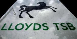 La Commission européenne a annoncé mardi qu'elle autorisait le projet du groupe bancaire britannique Lloyds Banking Group d'introduire en Bourse TSB, une entité regroupant des centaines de ses agences, permettant ainsi une IPO avant la fin du mois de juin. /Photo prise le 16 septembre 2013/REUTERS/Luke MacGregor