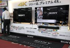 Sony, qui tente avec peine de redresser son activité d'électronique grand public, compte mettre en oeuvre des mesures de restructuration dures durant l'exercice financier en cours, pour lequel il anticipe une perte nette. /Photo prise le 14 mai 2014/REUTERS/Toru Hanai