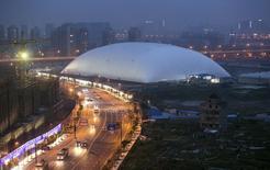Un immense chapiteau gonflable a été installé à Hangzhou, dans l'est de la Chine, au-dessus d'une ancienne usine de pesticides pour tenter d'en limiter la puanteur, selon les médias officiels chinois. /Photo prise le 13 mai 2014/REUTERS
