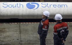Рабочие на заводе ОМК в Выксе 15 апреля 2014 года. Австрия спасла газопроводный проект Газпрома Южный поток, получив взамен возможность доставлять собственный газ, добываемый в Черном море, сообщил источник Рейтер. REUTERS/Sergei Karpukhin