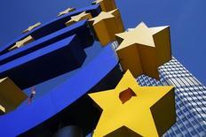Символ валюты евро у здания ЕЦБ во Франкфурте-на-Майне 1 августа 2013 года. Европейский центробанк готовит перечень возможных мер для июньского заседания, включая сокращение всех процентных ставок, а также целевые меры стимулирования кредитования мелких и средних компаний, сообщили пять источников, знакомых с ситуацией. REUTERS/Ralph Orlowski