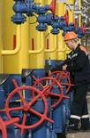 Рабочий на газовой компрессорной станции в городе Боярка под Киевом 5 марта 2008 года. РФ готова обсудить с Украиной, через территорию которой идет примерно половина экспорта сибирского газа в Европу, новую цену и условия поставок газа в том случае, если Киев оплатит хотя бы часть долга, сказал премьер России Дмитрий Медведев журналистам в среду. REUTERS/Konstantin Chernichkin