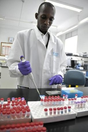 Ronald Matovu, a laboratory technician, screens patients' blood samples for HIV/AIDS at Uganda's Infectious Disease Institute in the capital Kampala June 5, 2008.    REUTERS/James Akena (UGANDA)